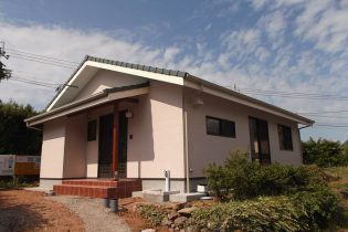 シンプルな切り妻屋根。緑が印象的です