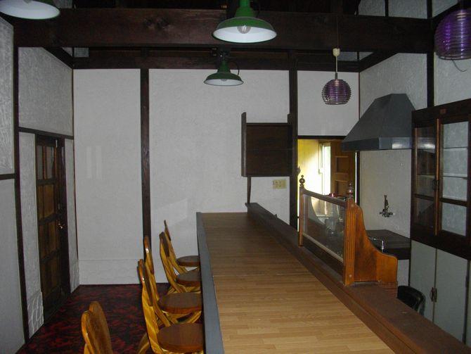 元々は喫茶店、化粧梁など面白い空間でしたが、住宅としては暗い印象です。