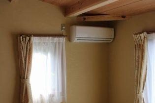 増築部分も天井高さが取れない分、梁を見せ、勾配天井にすることで、変化のある空間になりました。