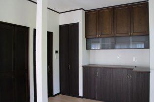 キッチンを窓側に寄せ、収納をたっぷり作り付けました。キッチンに付いていた吊戸棚を再利用しています。