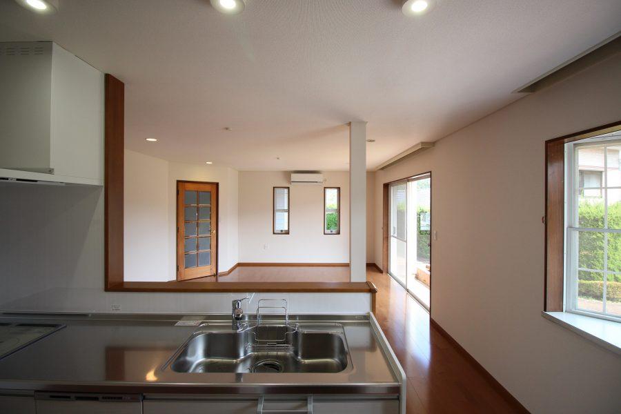 《アフター キッチン》和室から対面キッチンに変更、キッチンからリビングが見渡せいつでも家族とつながっています