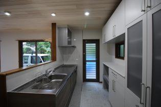 家事がしやすいクリナップの対面キッチンと収納力抜群のカップボード