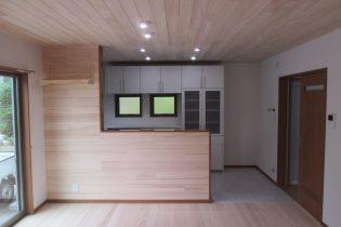 キッチンの背面も『もみの木』張り