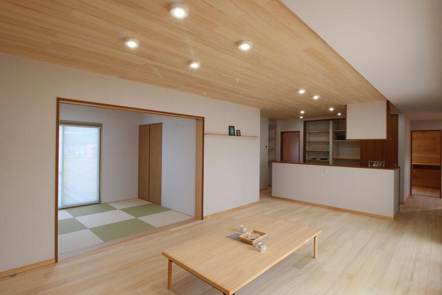 引き戸で分けられるリビングと和室は来客にも対応しやすくなります