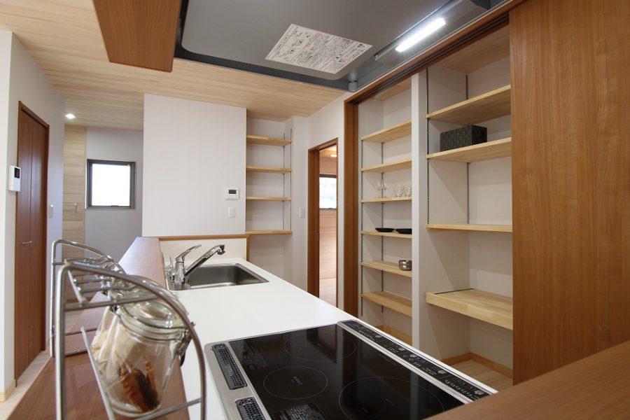 食器棚の代わりに可動式の収納棚や冷蔵庫置き場を設けています。目隠しできるのは◎