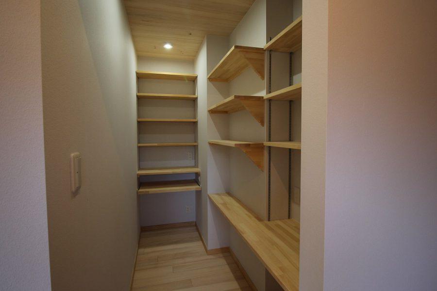 主寝室につながる書斎室は整理整頓がしやすい造作の可動棚