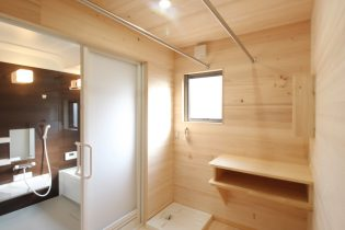 一般的には考えられない、脱衣室に無垢の木材。もみの木の高い調湿性だからできること
