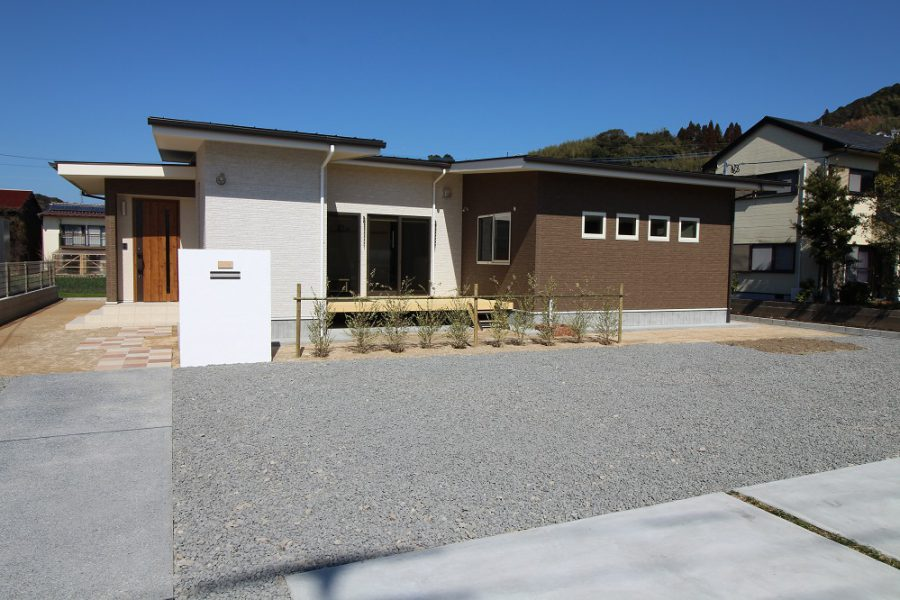 ガルバニウム鋼板の屋根は軽くて地震に強く、建物の高さを低くできるので、風の影響も受けにくくなります