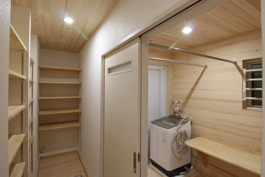 パントリーと脱衣室にももみの木を使用しているので、消臭・調湿効果で空気がサラサラ