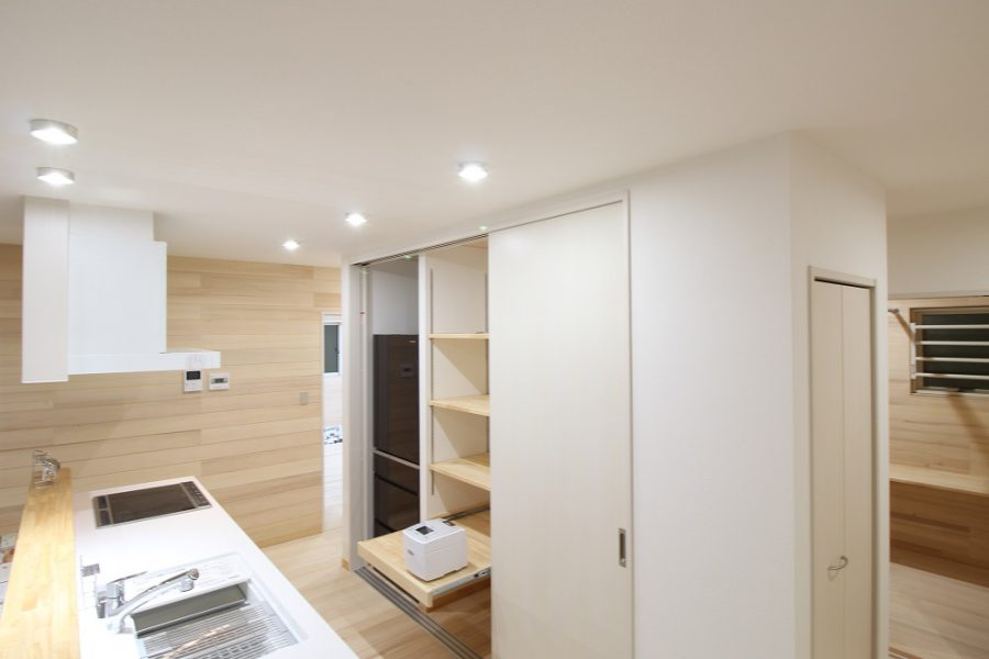 生活感が出るキッチンの収納は扉で目隠し