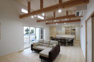 勾配天井で開放感あるリビング 天井・床にはもみの木